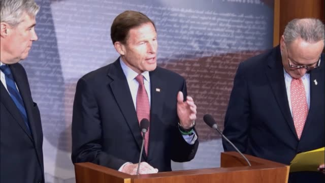 stockvideo's en b-roll-footage met connecticut senator richard blumenthal tells reporters that he and other senate deocrats are asking the judicial crisis network to divulge how has... - uitbesteding
