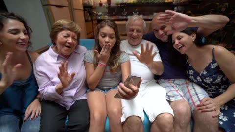 verbindung mit familie weit weg - film camera stock-videos und b-roll-filmmaterial