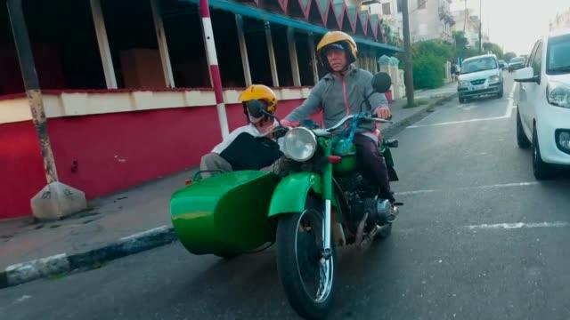 Conocida en todo el mundo por sus antiguos automoviles estadounidenses La Habana es tambien el paraiso de motocicletas con sidecar de Rusia...