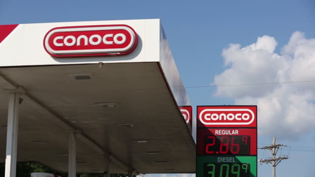 conocophillips co gas station in peoria illinois us on tuesday july 24 2018 - conocophillips stock-videos und b-roll-filmmaterial