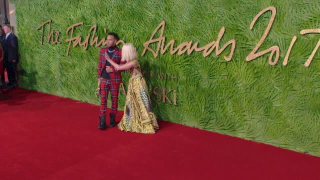 conor mcgregor donatella versace lewis hamilton at the fashion awards 2017 at royal albert hall on december 04 2017 in london england - 2017 bildbanksvideor och videomaterial från bakom kulisserna
