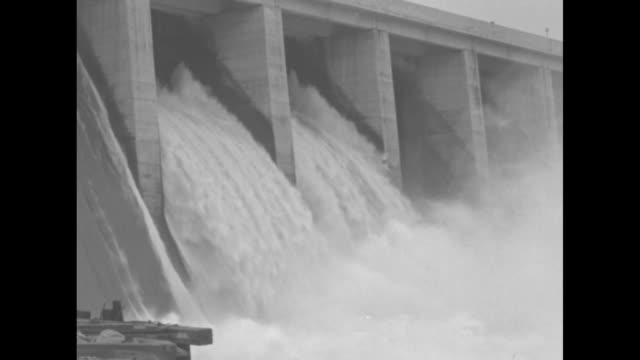 vidéos et rushes de conowingo dam on the susquehanna river and shores / water rushing through spillways / churning water; pan up across spillways / various shots rushing... - maryland état