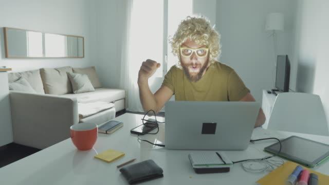 folgen der covid-19-pandemiesperre: bizarrer mann in quarantäne zu hause - um geld spielen stock-videos und b-roll-filmmaterial