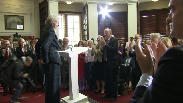 vídeos y material grabado en eventos de stock de boris johnson pulls out of race theresa may mp along to podium to launch leadership bid and receiving standing ovation sot theresa may mp speech sot... - partido conservador británico
