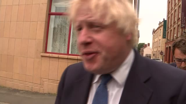 boris johnson in northampton england northamptonshire northampton photography*** gvs car pulling up / boris johnson mp out of car and commenting to... - andrea leadsom stock-videos und b-roll-filmmaterial