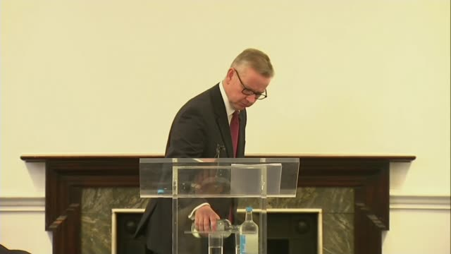 vídeos de stock, filmes e b-roll de conservative leadership contest: michael gove launches his bid; int channel 4 news reporter michael crick asking quesiton at michael gove press... - contestant