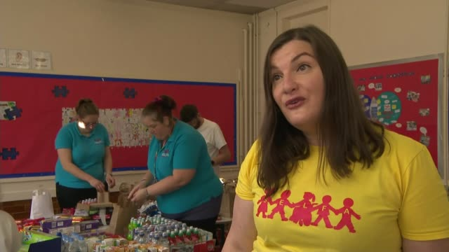 conservative mps u-turn over free school meals in england during half term; england: north yorkshire: skipton: int various shots of volunteers... - スキップトン点の映像素材/bロール