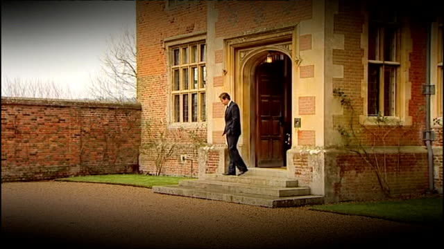 conservative party cash for influence row david cameron to publish details of donor dinners lib 2812012 chequers david cameron outside chequers - バッキンガムシャー点の映像素材/bロール