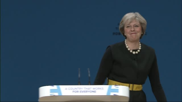 stockvideo's en b-roll-footage met theresa may speech announces article 50 will be triggered by april 2017 int theresa may waving from stage to applauding audience at end of speech - artikel