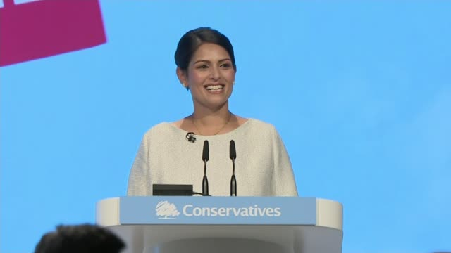 vidéos et rushes de priti patel speech england manchester int priti patel mp along onto stage patel at podium audience patel at podium - pupitre