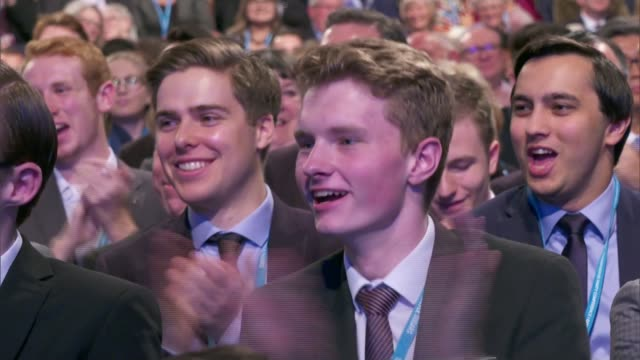 boris johnson speech england manchester high angle view stage and conference hall and delegates arriving and applauding as boris johnson mp onto... - winkel stock-videos und b-roll-filmmaterial
