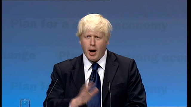 conservative party conference: boris johnson speech; england: midlands: birmingham: int audience applauding high angle general view of conference... - 画面切り替え カットアウェイ点の映像素材/bロール