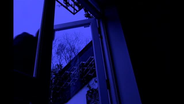 vídeos y material grabado en eventos de stock de conservative party conference: chris grayling announces self defence plans; date and location unknown int / night reconstruction sequence of burglar... - ladrón de casas
