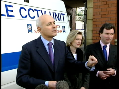 conservative party conference: day 2; itn i/c england: blackpool: ext/raining iain duncan smith mp and wife betsy along during walkabout with oliver... - number of people stock videos & royalty-free footage