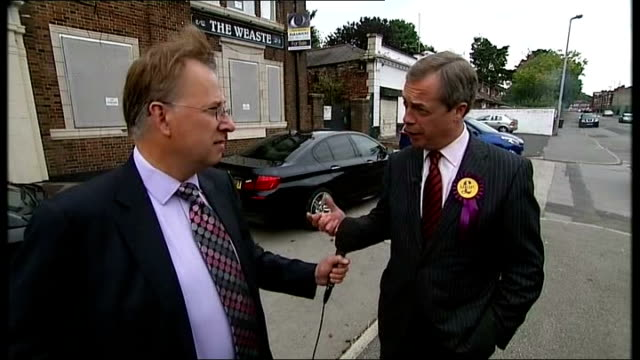 day 2 nigel farage suggests pact england manchester salford ext nigel farage mep along as surrounded by press and chatting sot farage along and... - 2日目点の映像素材/bロール