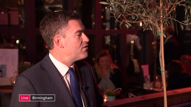 vídeos de stock e filmes b-roll de conservative party conference: philip hammond speech; england: midlands: birmingham: ext / night david gauke mp live interview sot - cargo governamental