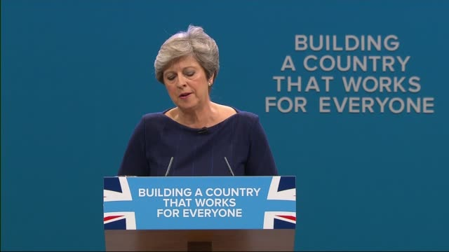 vídeos de stock, filmes e b-roll de conservative party conference: theresa may speech; england: manchester: ext prime minister theresa may mp arriving at conservative conference with... - primeiro ministro