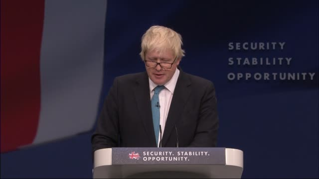 vidéos et rushes de conservative party conference: theresa may speech on immigration; int boris johnson mp onto stage to applause and speaking at podium close shot david... - boris johnson