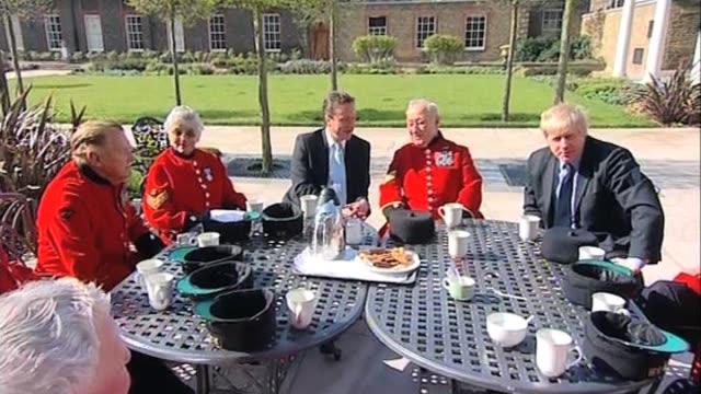vídeos y material grabado en eventos de stock de conservative party leader david cameron and mayor of london boris johnson meet with chelsea pensioners at royal hopstial chelsea london; 9 april 2010 - number 9