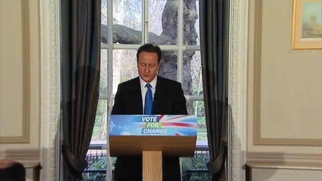 vidéos et rushes de conservative party leader david cameron holds press conference uk; 23 march 2010 - 2010