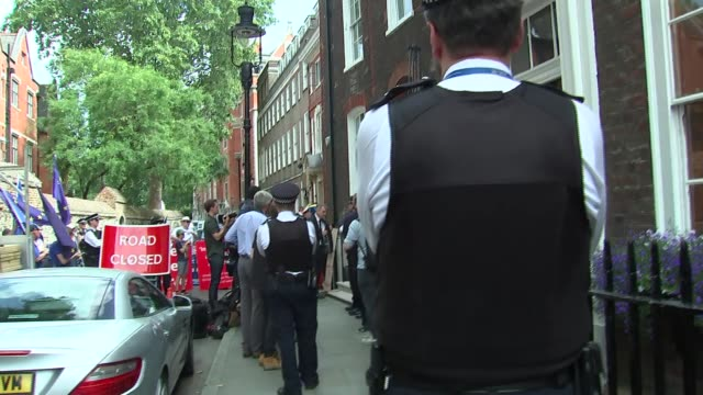 vídeos de stock e filmes b-roll de conservative party leadership contest: boris johnson departing headquarters / protests; england: london: westminster: ext gvs of people in street /... - partido conservador britânico