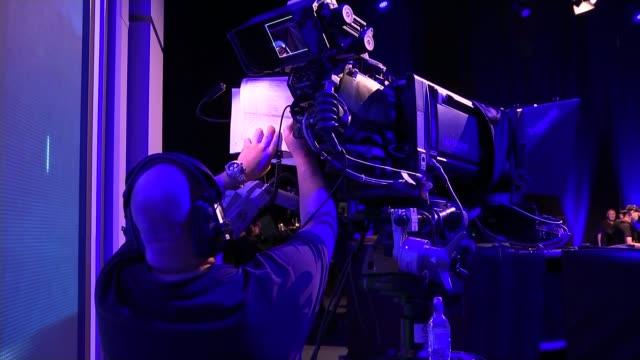 vídeos y material grabado en eventos de stock de candidates prepare for debate without boris johnson england london int various of rehearsals and set for the televised debate between five of the six... - escenario cinematográfico