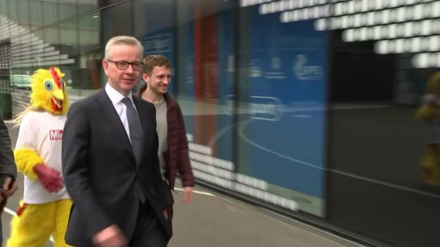 vídeos y material grabado en eventos de stock de conservative party leadership contest: channel 4 debate; england: london: ext michael gove mp arriving at television studio and speaking to reporter... - concurso television