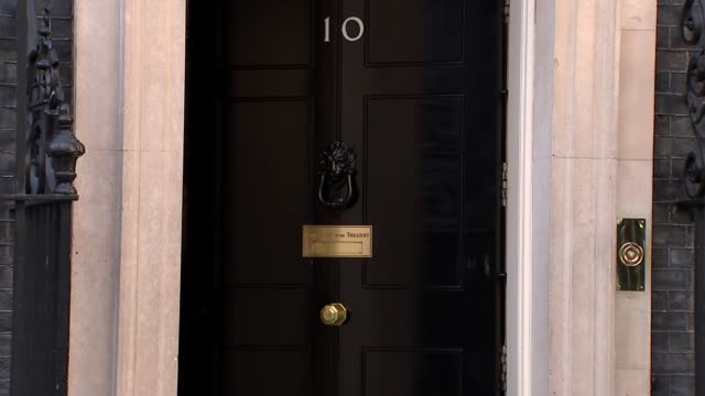 conservative and dup mps depart downing street drinks reception england london downing street ext philip hammond mp from nunber 11 into car and away... - フィリップ ハモンド点の映像素材/bロール