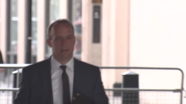 vídeos y material grabado en eventos de stock de conservative party politicians arriving and departing from the bbc england london new broadcasting house ext dominic raab mp arriving at the bbc for... - liam fox político