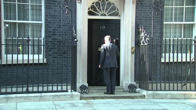 downing street evening drinks arrivals england london westminster downing street ext philip hammond mp arrival / other arrivals including james... - フィリップ ハモンド点の映像素材/bロール