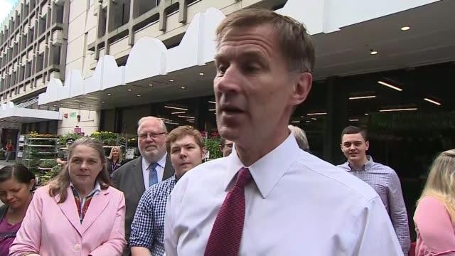 vidéos et rushes de jeremy hunt accuses boris johnson of making promises he cannot deliver over brexit england essex chelmsford ext jeremy hunt mp interview sot if you... - trébucher