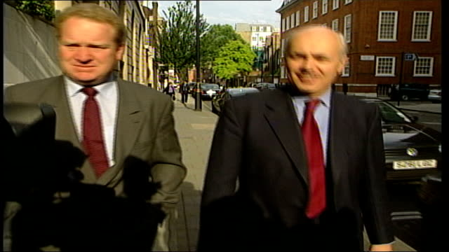 conservative party leadership race: iain duncan smith; itn england: london: ext gv iain duncan smith mp walking along towards with another man & into... - mp stock-videos und b-roll-filmmaterial