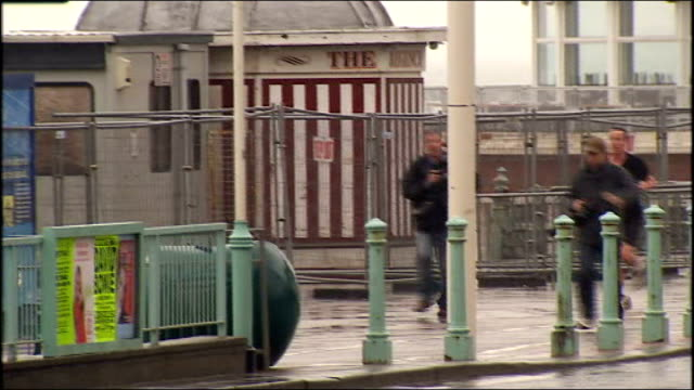 conservative party spring forum: david cameron jogging along brighton seafront; england: east sussex: brighton: ext david cameron mp jogging along... - schwarzes hemd stock-videos und b-roll-filmmaterial