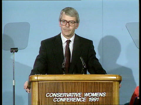 conservative party womens conference england london qe2 conference centre john major mp amp wife norma along pan rl as arrive int ms pan rl major... - john major stock-videos und b-roll-filmmaterial