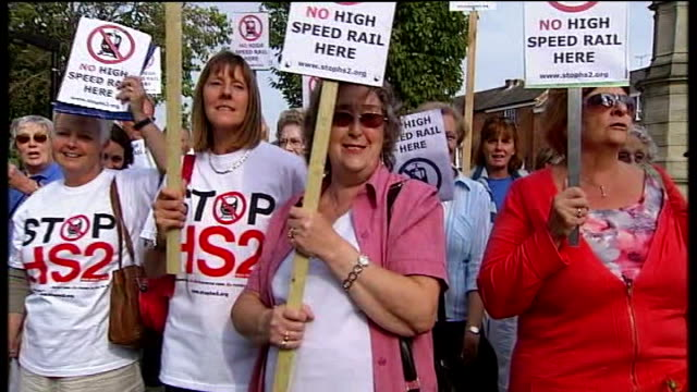 vídeos de stock, filmes e b-roll de conservative rebellion over high speed rail link between london and birmingham sign for 'brackley' residents holding 'no high speed rail here'... - stop placa em inglês