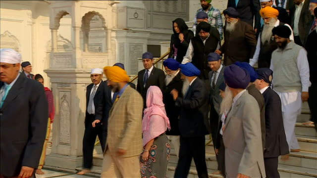 Conservatives and the ethnic community vote R20021305 / Amritsar EXT Cameron down steps chatting and along with others