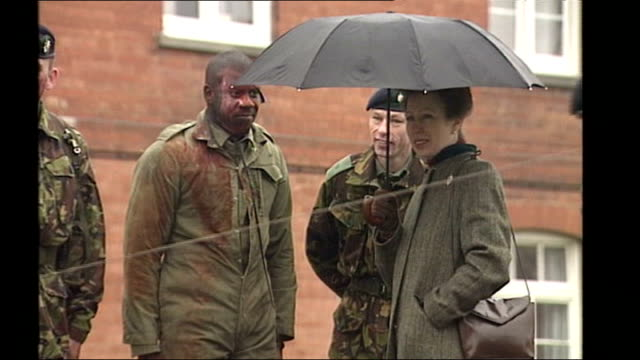 vídeos de stock e filmes b-roll de patrick mercer sacked following racist comments; lib hampshire: princess anne with umbrella as speaks to troops from worcestershire and sherwood... - hampshire