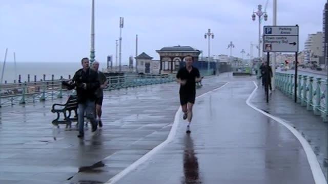 vídeos de stock e filmes b-roll de conservatve party leader david cameron out jogging ahead of party conference brighton uk 28 february 2010 - conferência partidária