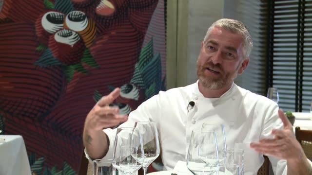 vídeos y material grabado en eventos de stock de considerado por la revista time como una de las 100 personas mas influyentes del mundo por ubicar a la comida brasilena en el mapa, el chef alex... - llevar