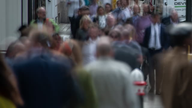 a constant flow of city workers move rapidly along a street in the city of london's financial districts during the evening rush hour - diminishing perspective stock videos & royalty-free footage