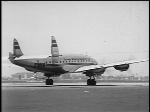 b/w 1951 rear view pan twa constellation airliner taxiing on runway / midway airport, chicago - yorkville illinois stock videos & royalty-free footage