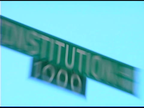 stockvideo's en b-roll-footage met constitution avenue street name sign - street name sign