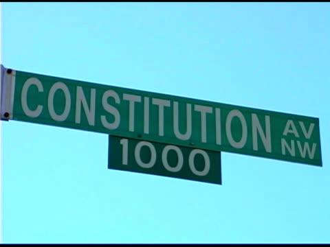 vídeos y material grabado en eventos de stock de constitution avenue street sign, washington dc - señal de nombre de calle