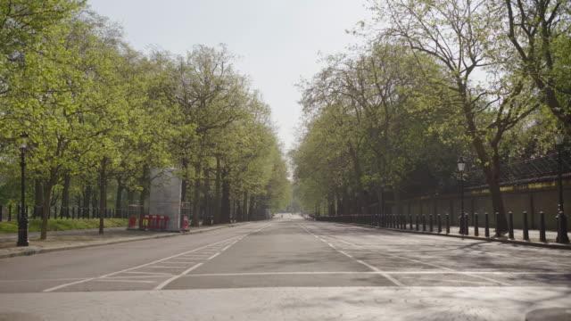 constitution hill - empty london in lockdown during coronavirus pandemic - ロンドン ハイドパーク点の映像素材/bロール