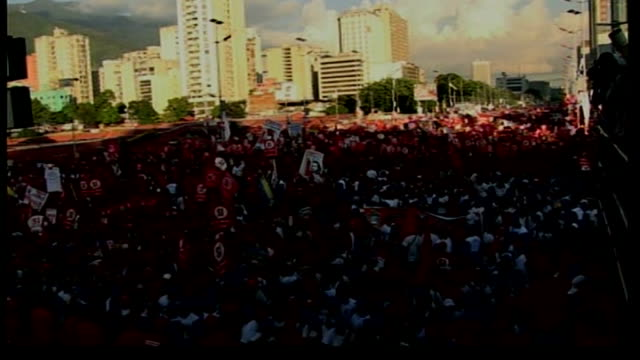 preview venezuela caracas ext huge outdoor rally in support of hugo chavez balloons released into air chavez waving to supporters from opentop bus... - ウゴ・チャベス点の映像素材/bロール