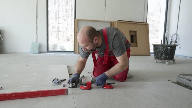 vídeos y material grabado en eventos de stock de constructor de construcción ajusta azulejos - golpear