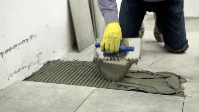 vídeos y material grabado en eventos de stock de construcción. trabajo de construcción con pavimentos cerámicos. - herramienta de mano
