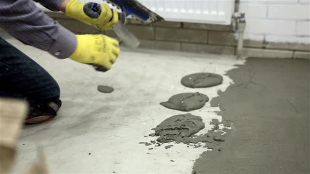 Bau. Bauarbeiten mit keramischen Fliesen.