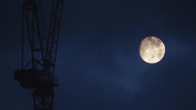 vidéos et rushes de grue de construction et de la pleine lune - lune