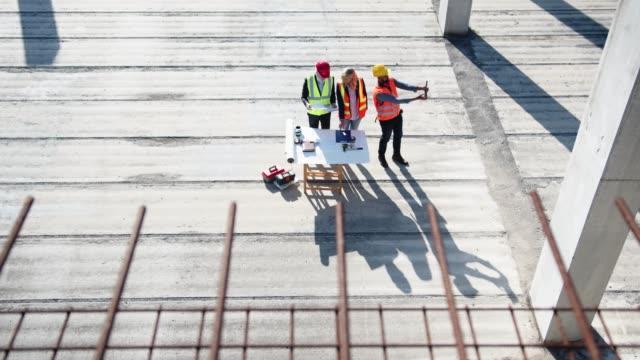 stockvideo's en b-roll-footage met bouw ploeg die op de site werkt - arbeidsveiligheid